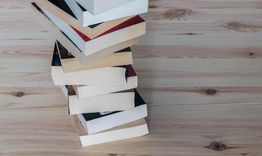 Buecherstapel auf Holz_selbstgelesen