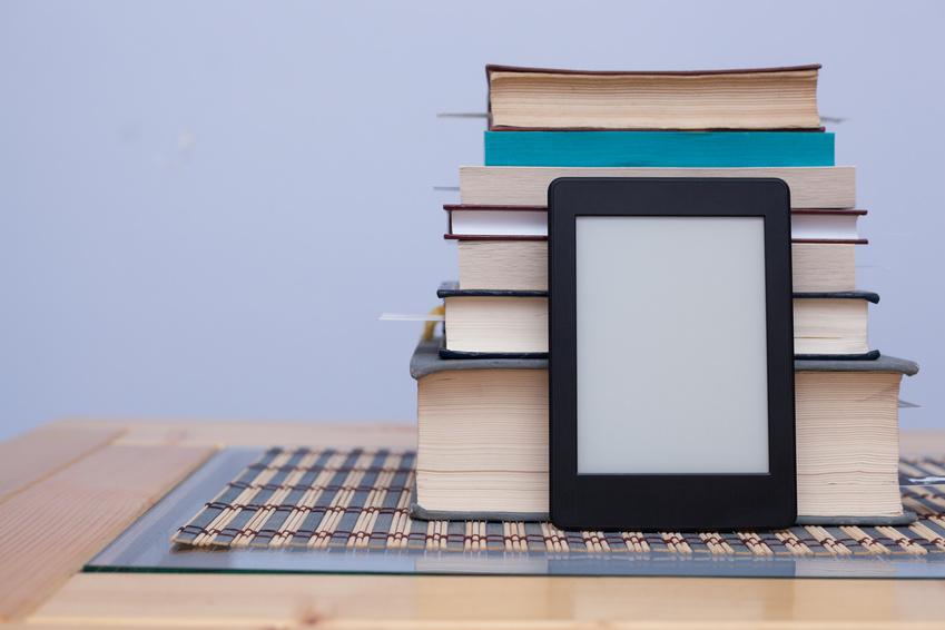 E-Book Reader mit Buecherstapel_selbstgelesen