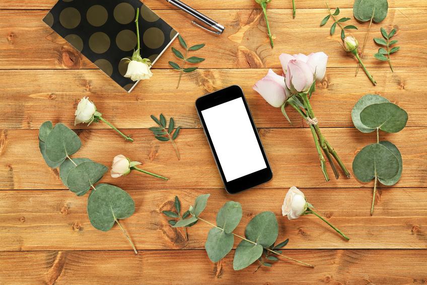 Smartphone und Rosen auf dem Tisch_selbstgelesen