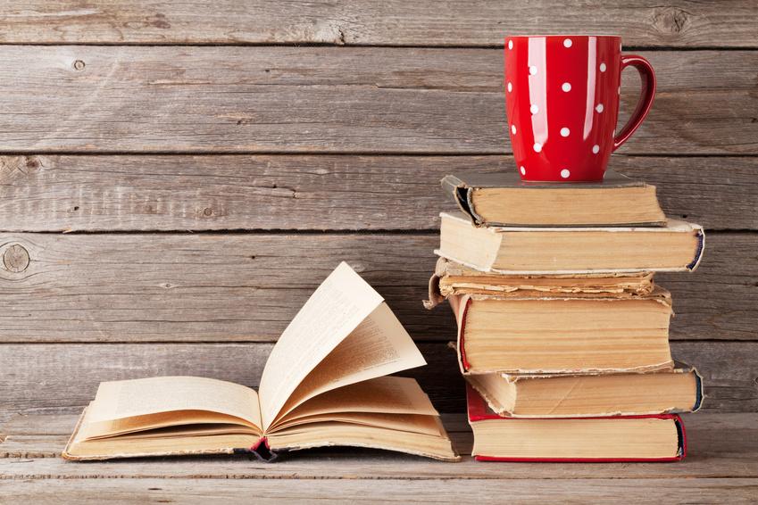 Bücherhaufen mit Tasse_selbstgelesen