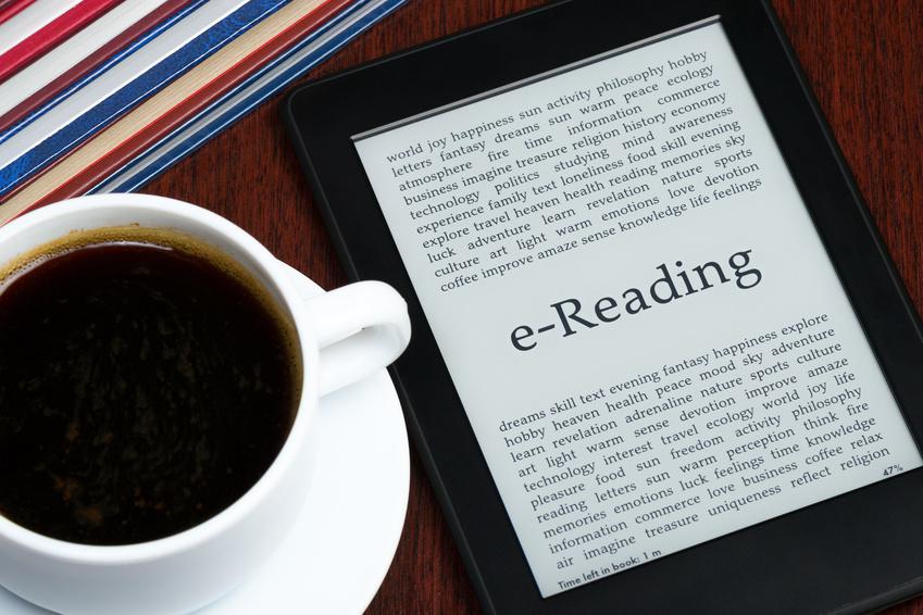 E-Reader und Kaffee auf dem Tisch_selbstgelesen